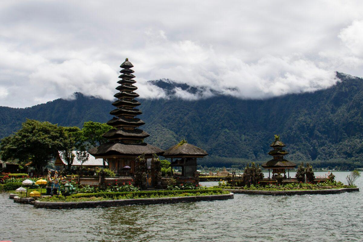 temple Ulun Danu vu de face sur l'eau avec ciel nuageux