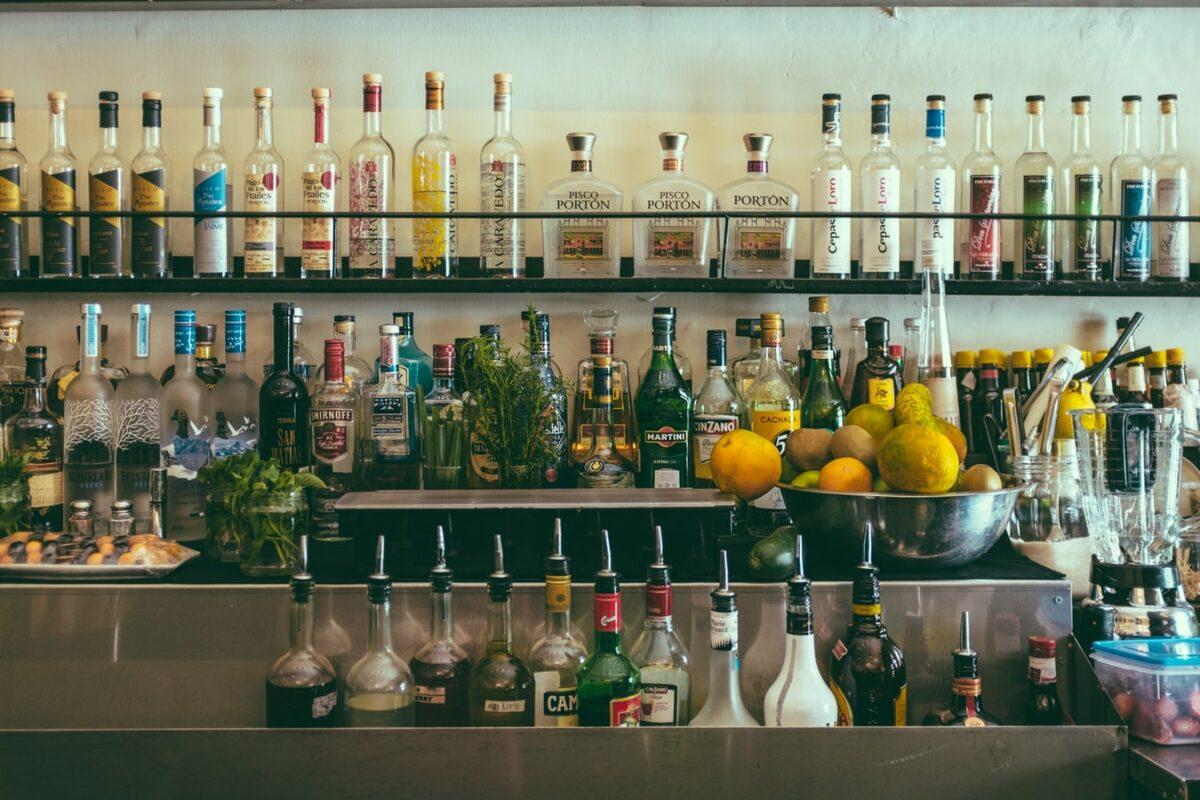 bouteille d'alcool dans bar