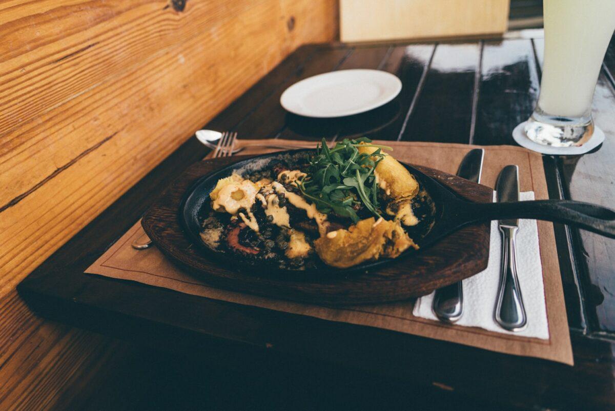 assiette noire pour dejeuner au pérou