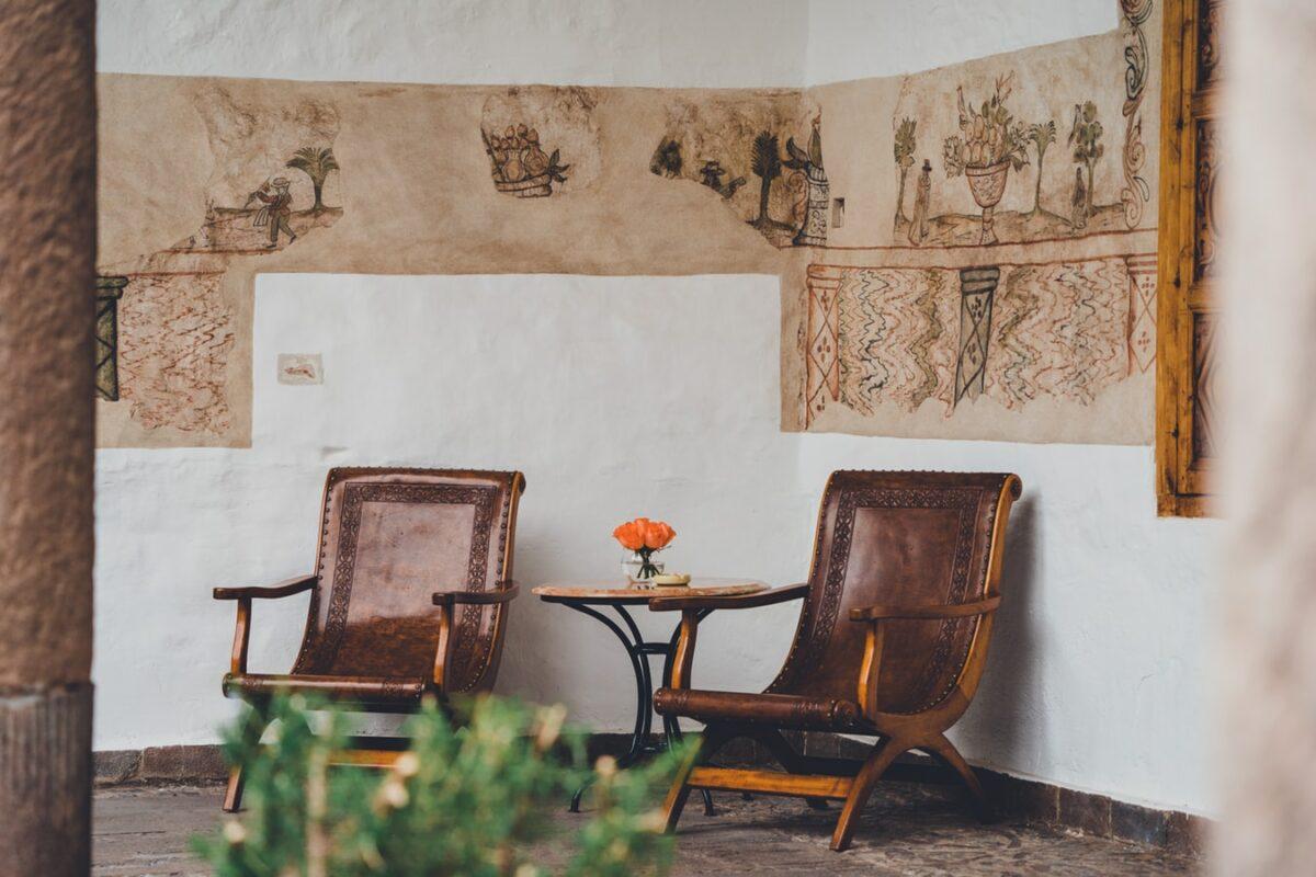 deux fauteuils en cuir marron