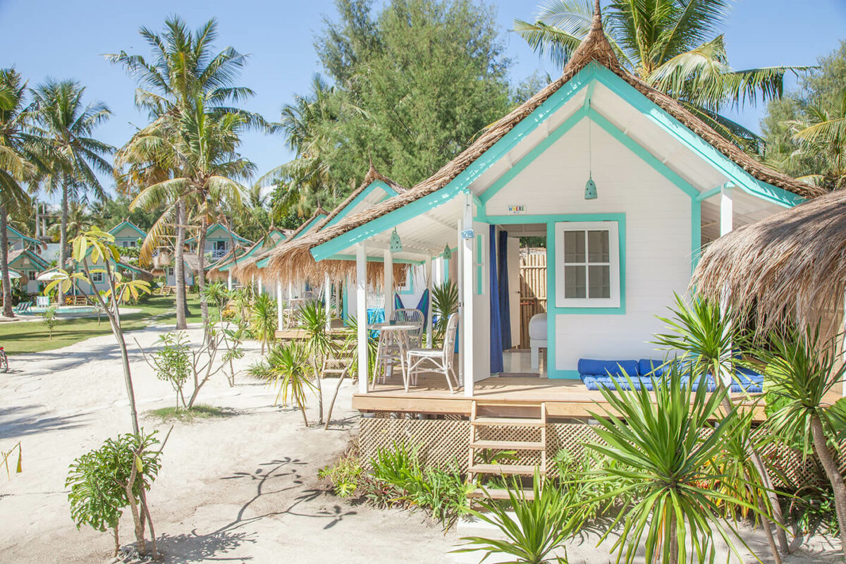 pirate beach club gili trawagan cabane de plage pour dormir blanche et bleu