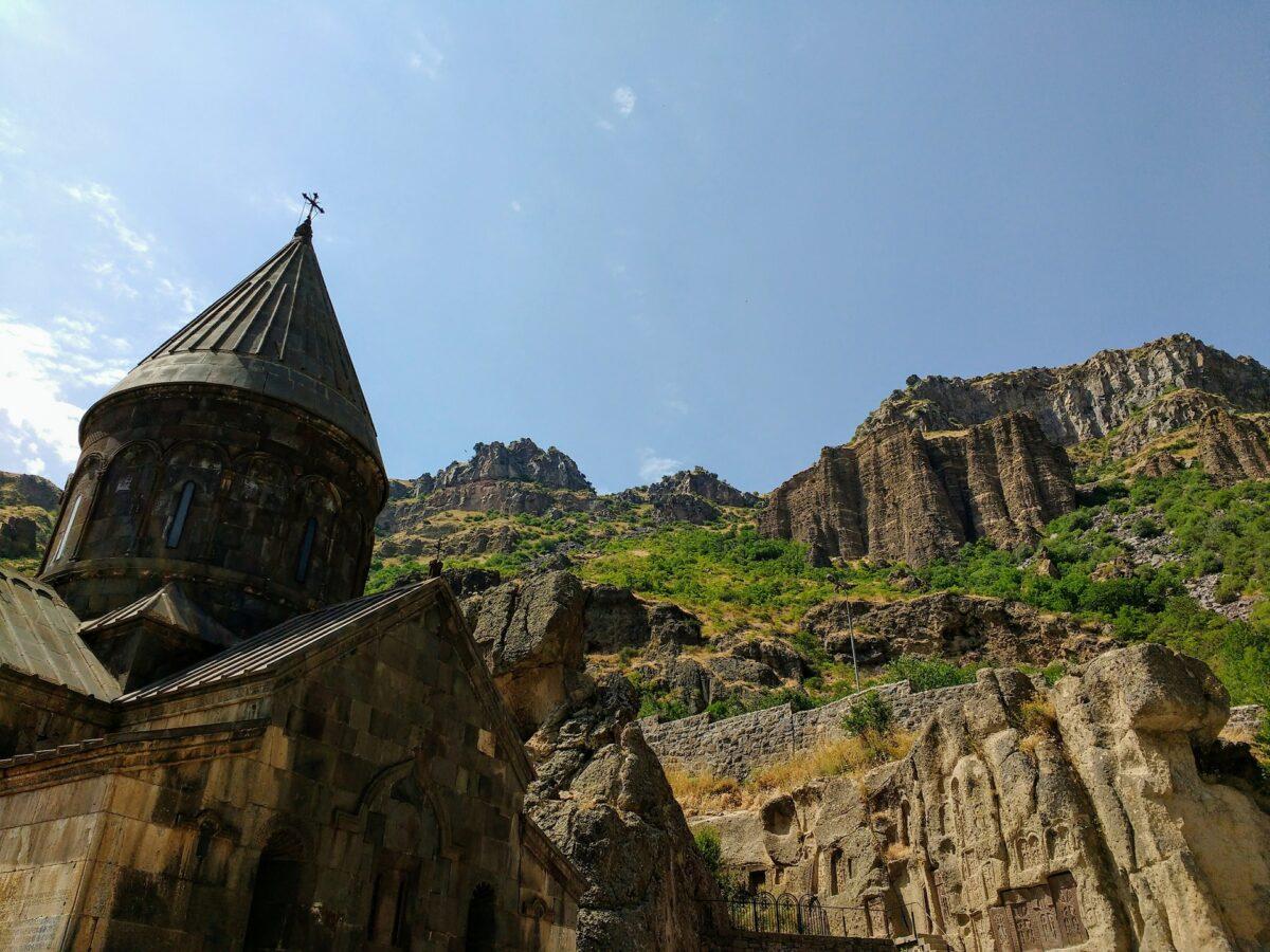 monastère troglodyte et montagnes en Arménie