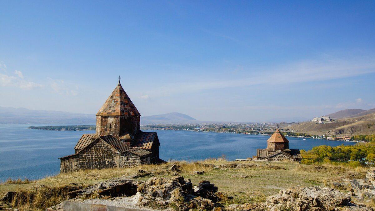 lac et monastère en Arménie