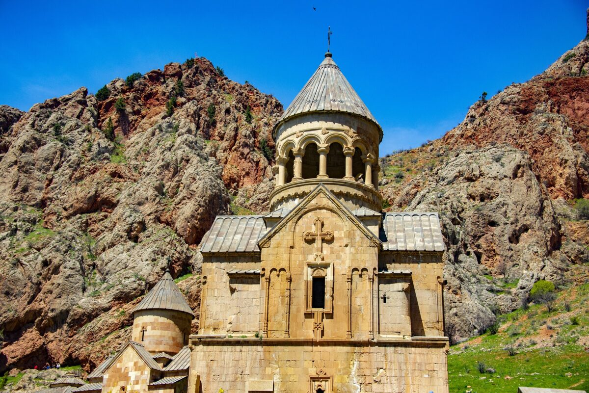 monastère arménien et roches en Arménie