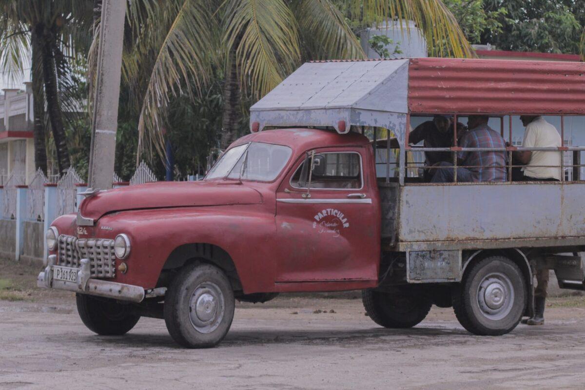 transport public camion rouge cuba