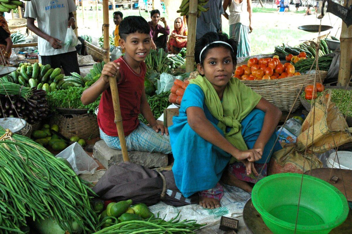 marché hebdomadaire avec enfants malgache et fruits et légumes