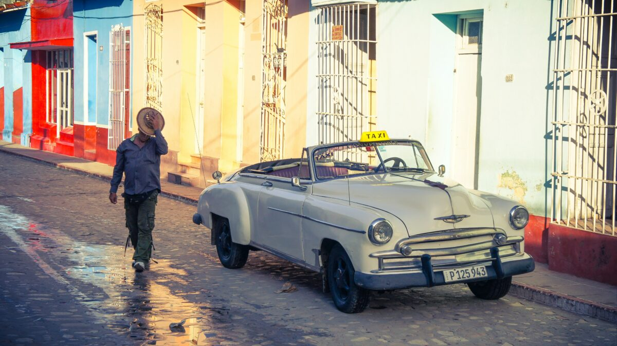 Une vieille voiture blanche à Cuba